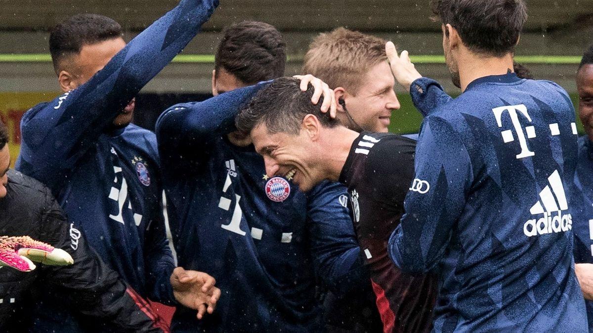 Die Spieler des FC Bayern München gratulieren Robert Lewandowski zu seinem 40. Saisontreffer.