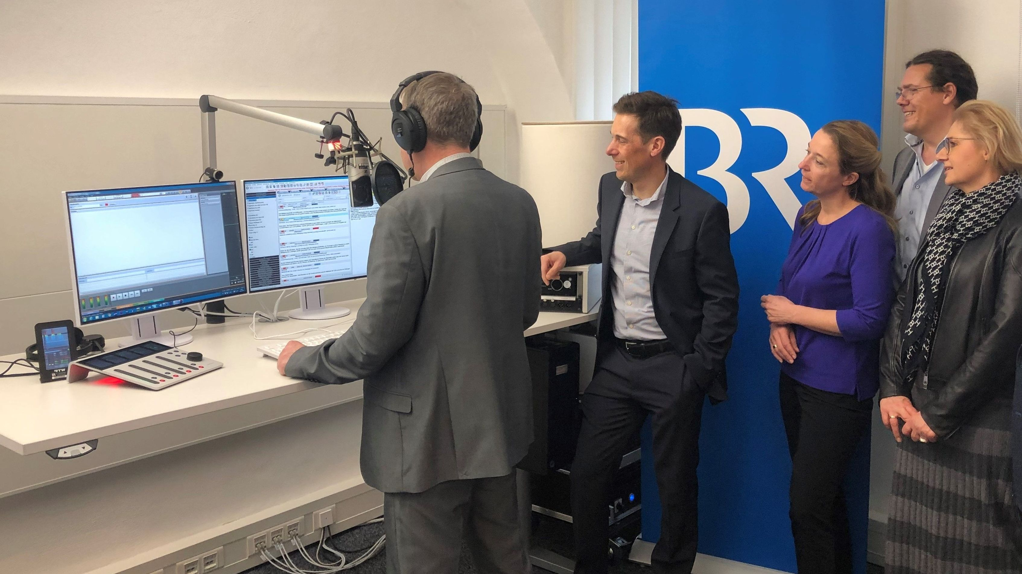 Korrespondent Harald Mitterer am Mikrofon bei der Eröffnung des neuen BR-Studios in Landshut