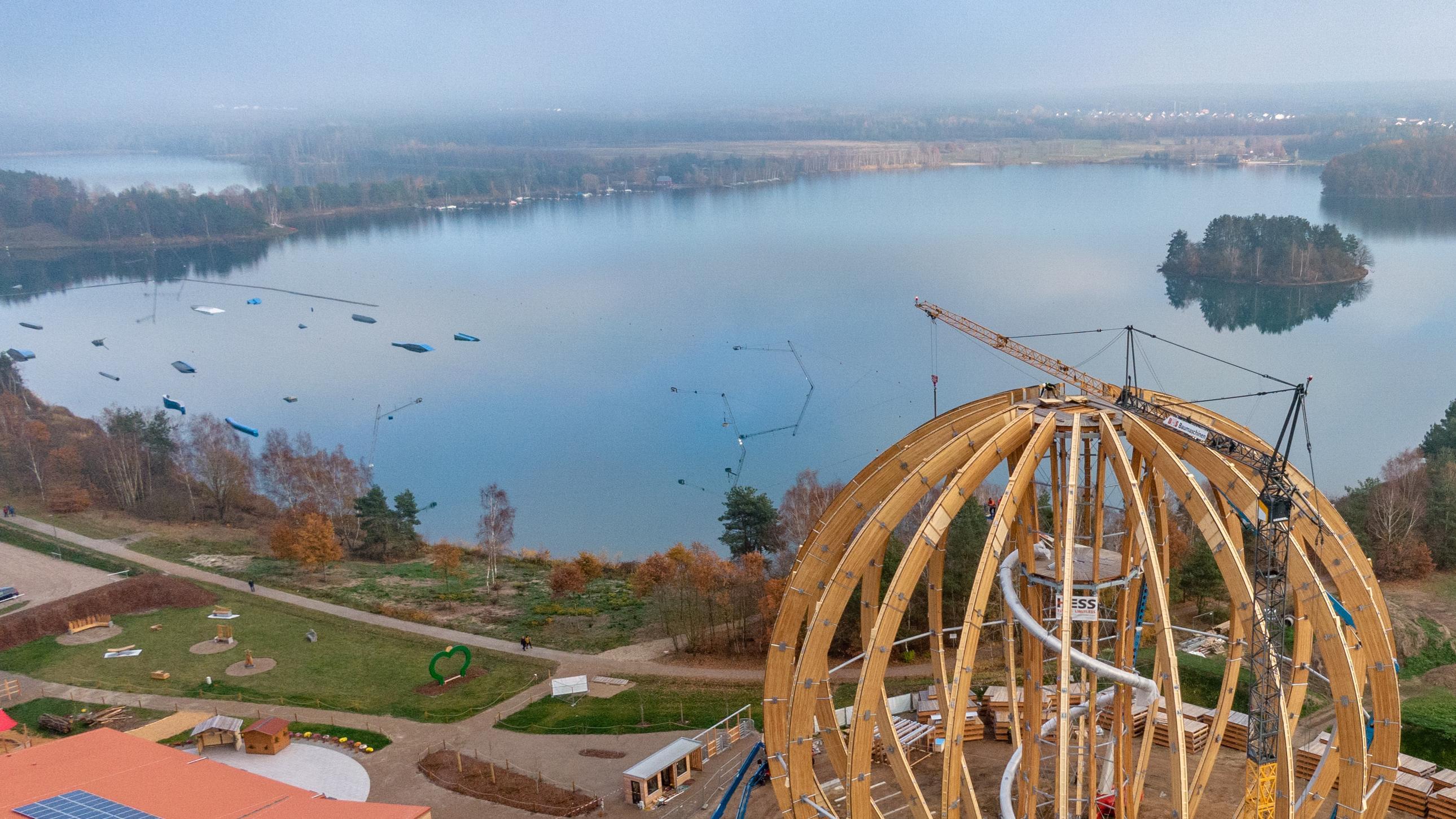 Der Steinberger See mit Wakeboardanlage und Erlebnisholzkugel, die in Kürze eröffnet