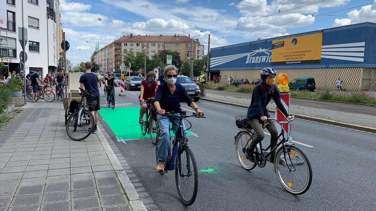 Fahrradfahrer mit Maske auf einem Pop-Up-Radweg in Nürnberg.