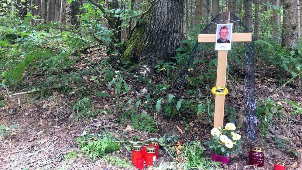 Kreuz am Straßenrand erinnert an den tödlich verunglückten Familienvater.   Bild:BR24