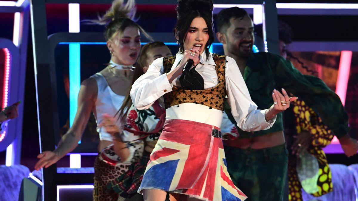 Sängerin Dua Lipa in einem Minirock mit britischer Fahne tritt bei den BRIT Awards 2021auf