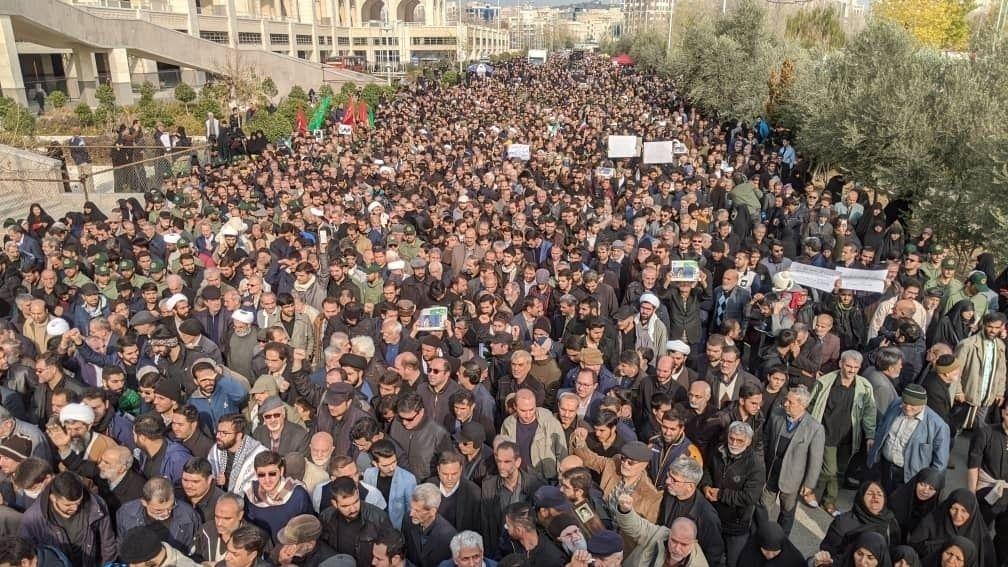 Iran, Teheran: Demonstranten protestieren wegen eines US-Luftangriffs im Irak, bei dem der iranische General Soleimani getötet wurde, auf einer Straße.