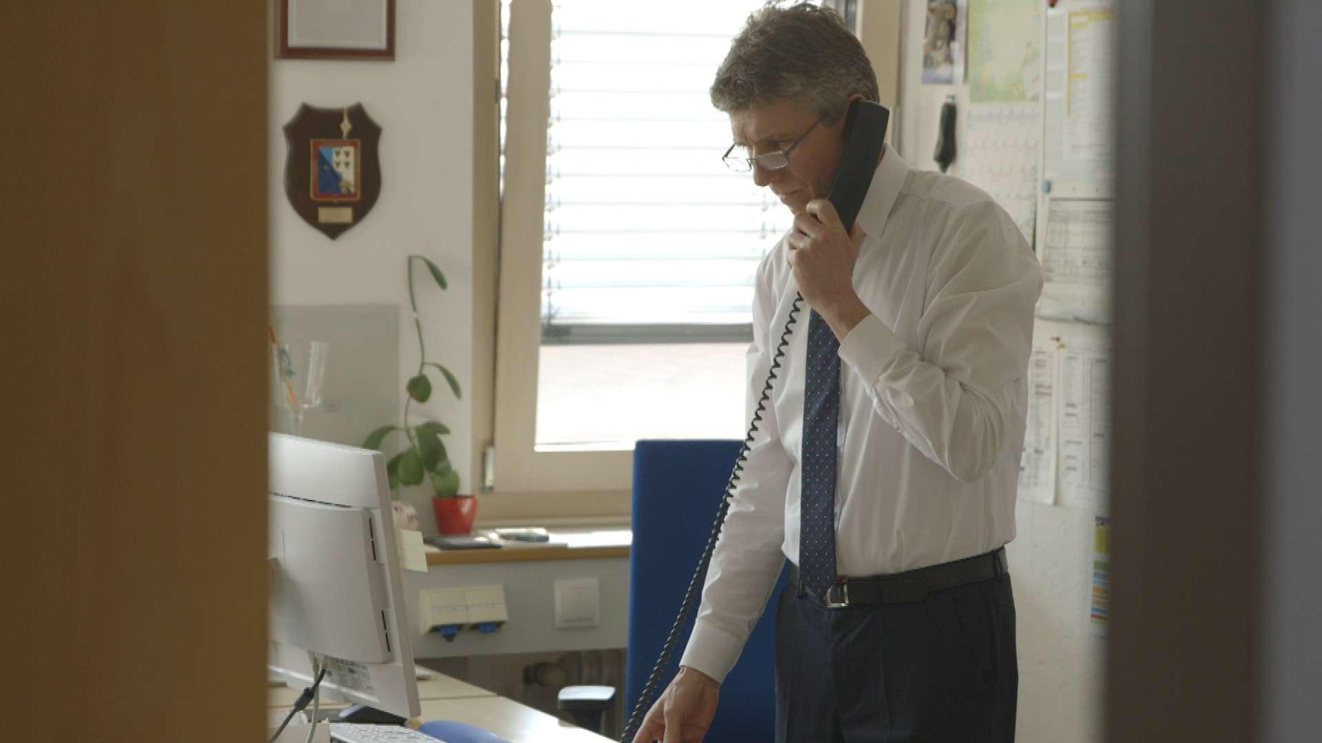 Das Lösen eines Falles gelingt Günter Grießhammer oft nur durch konzentrierte Schreibtischarbeit.