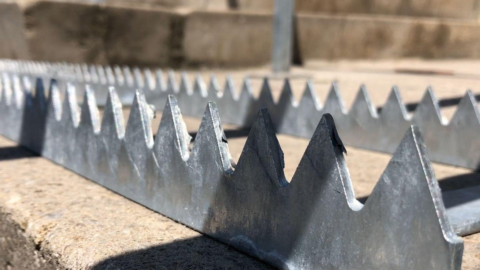 Stahlzacken-Abschreckung auf Treppe in Würzburg