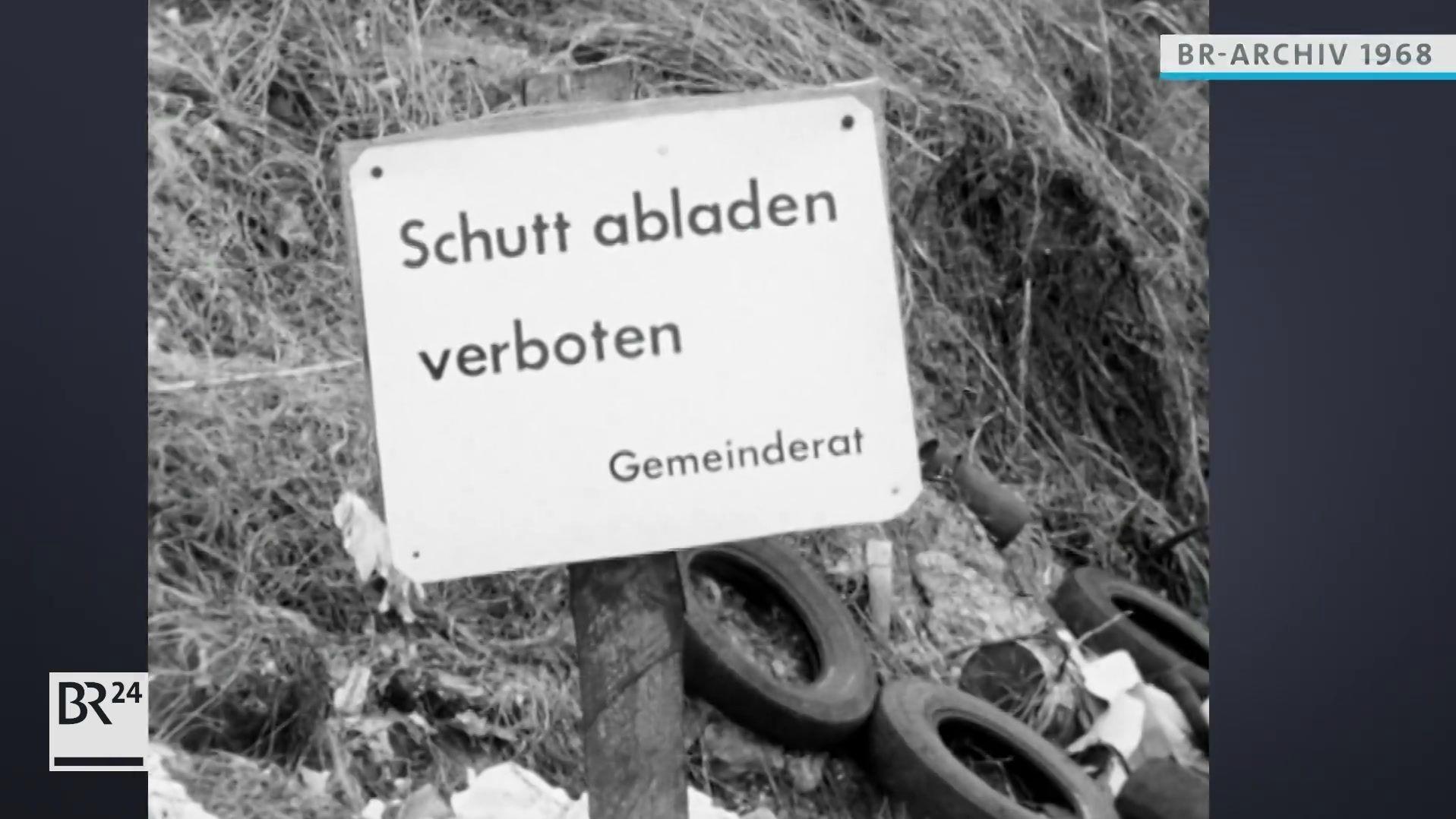 """Schild mit Text """"Schutt abladen verboten"""""""