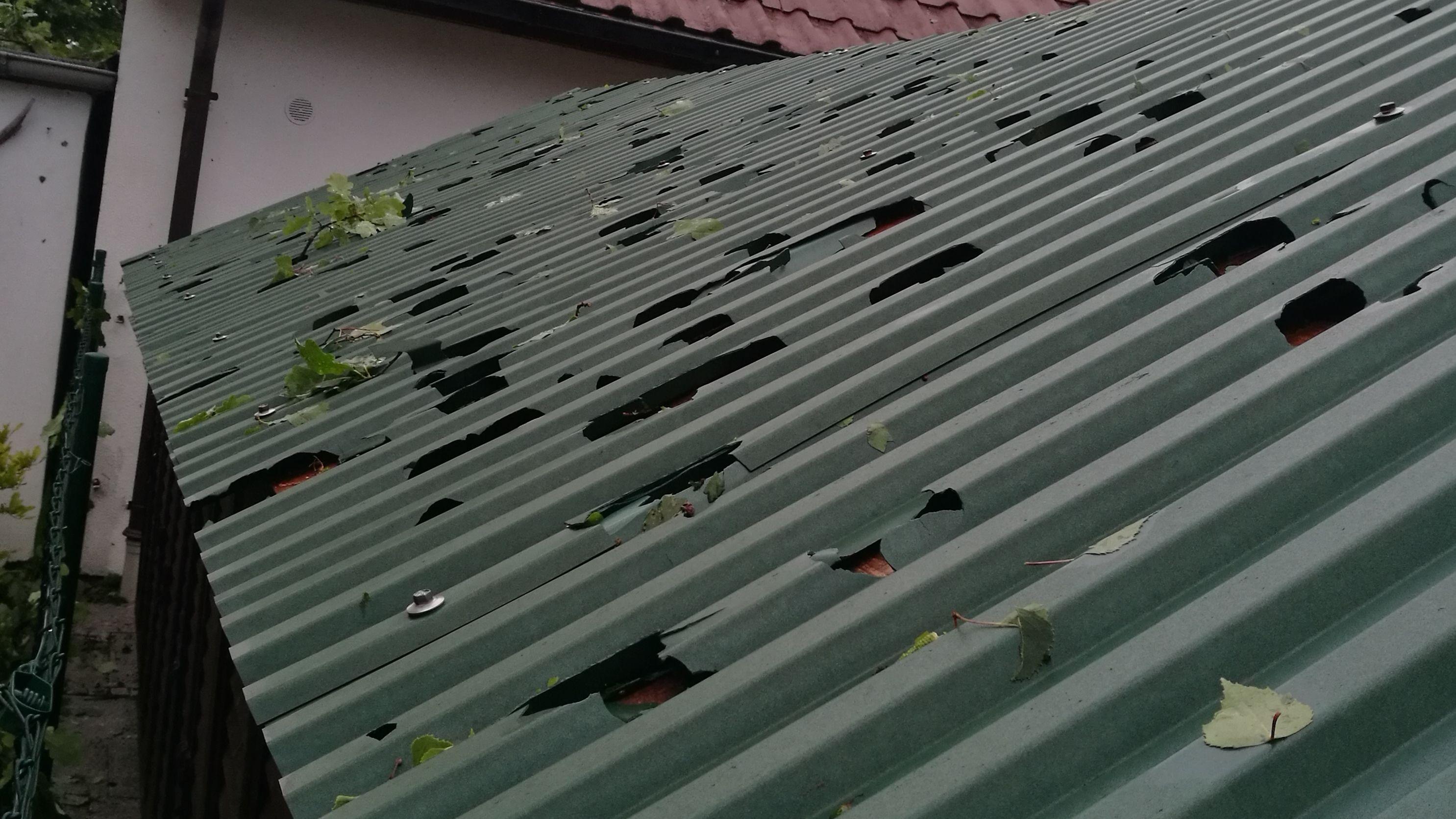 Das Dach eines Schuppens hat Löcher.