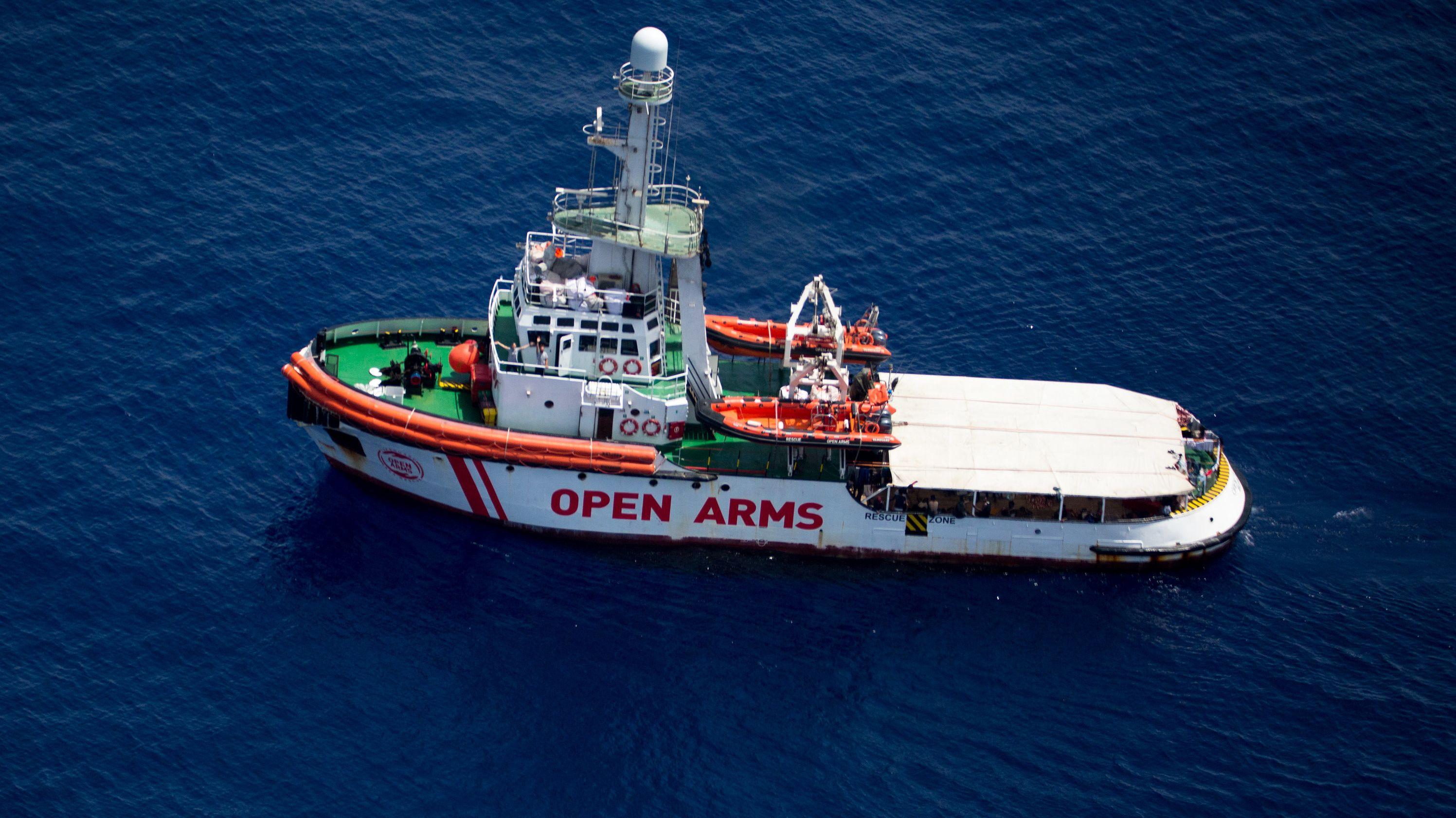 """Das Rettungsschiff """"Open Arms"""" der Hilfsorganisation """"Proactiva Open Arms"""" im Mittelmeer vor der Küste der Insel Lampedusa."""
