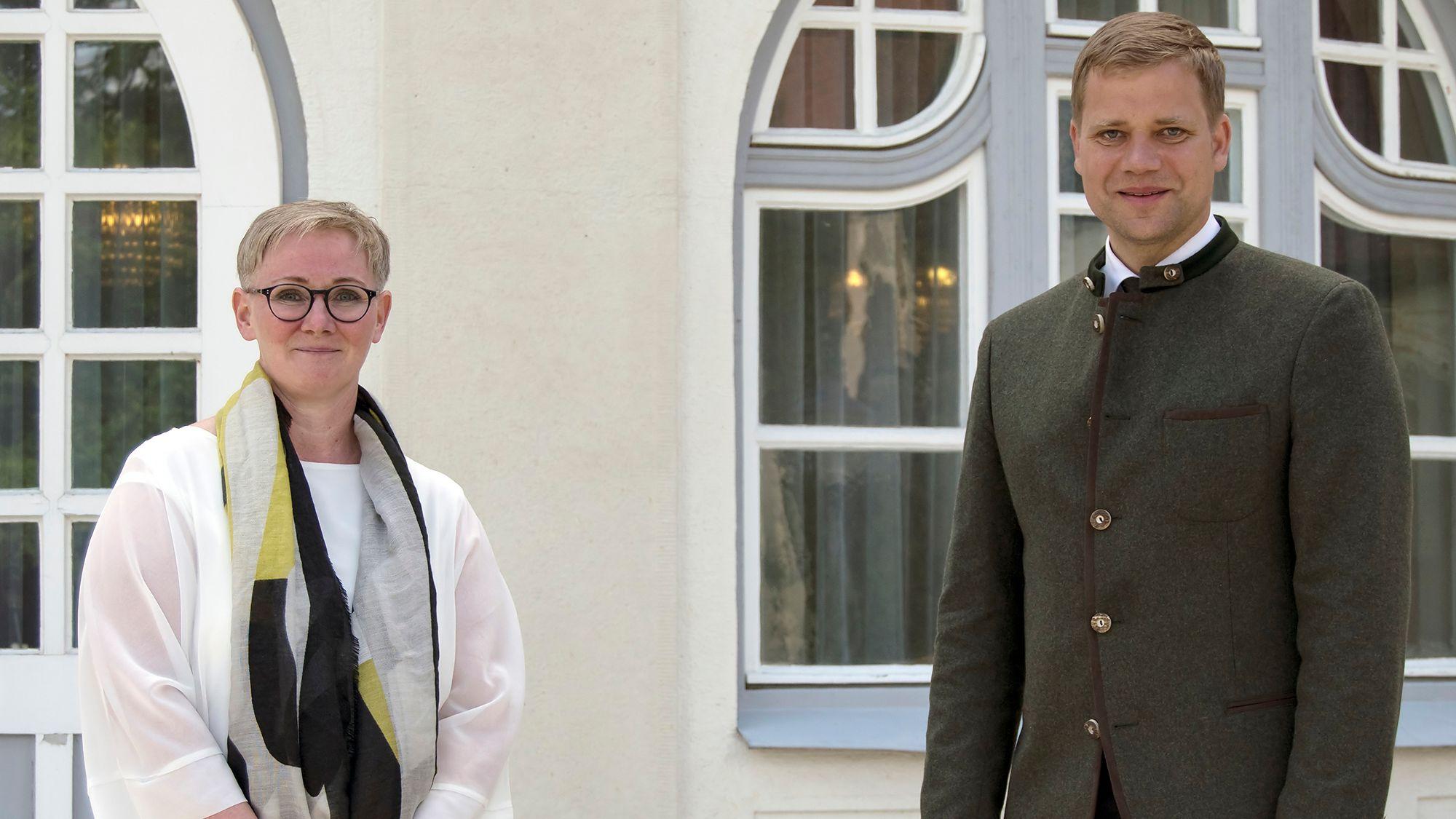 Bezirkstagspräsident Dr. Olaf Heinrich und die neue Chefärztin Dr. Tanja Hochegger