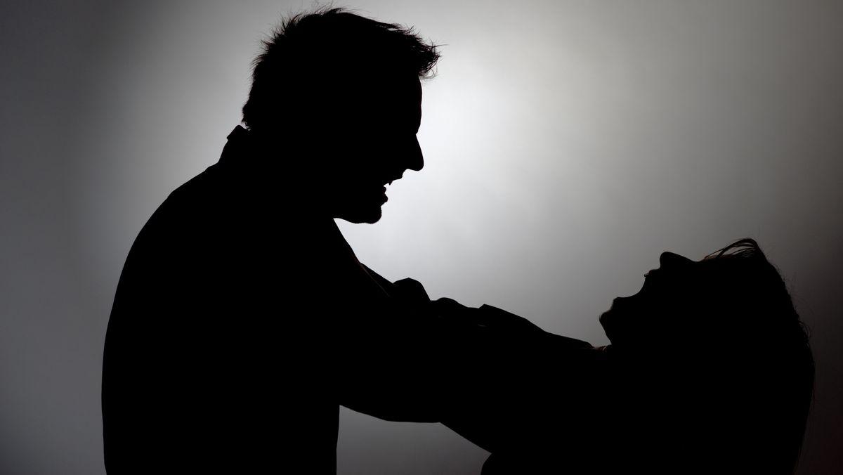 Symbolbild: Ein Mann würgt eine Frau