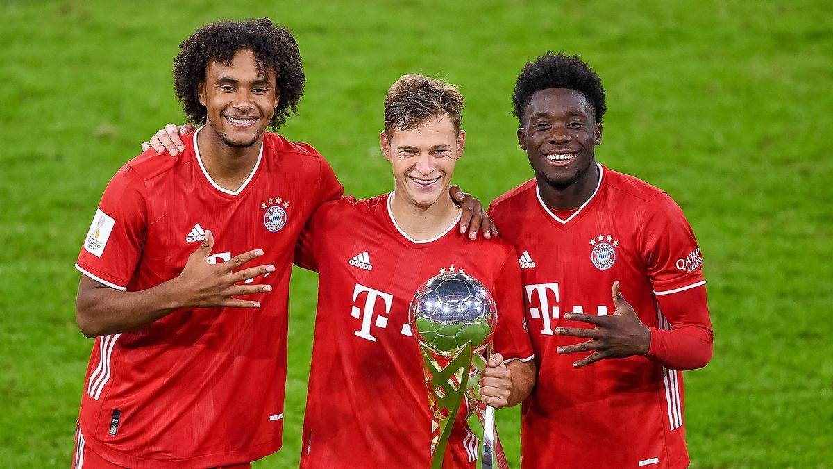 Joshua Kimmich (Mitte) mit Joshua Zirkzee, Alphonso Davies und dem Supercup