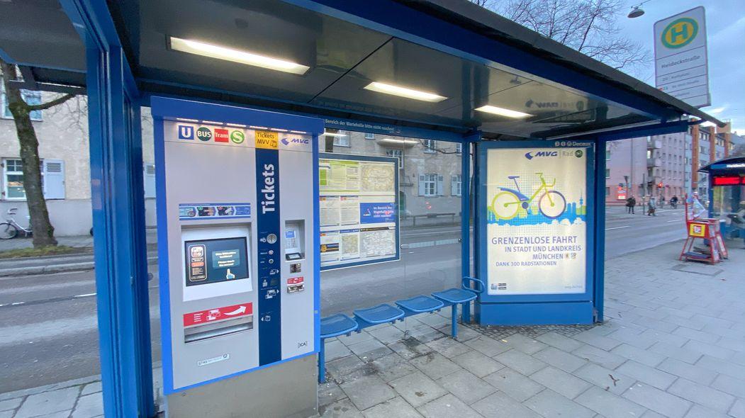 Eine Haltestelle mit MVV-Ticketautomat in München.