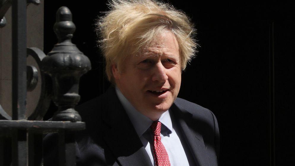 Boris Johnson kommt aus der Haustür seines Amtssitzes und geht an einem Gitter vorbei.   Bild:dpa-Bildfunk/Tim Ireland