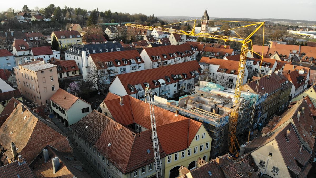 Hoher Sachschaden: Kran beschädigt mehrere Hausdächer in Kitzingen