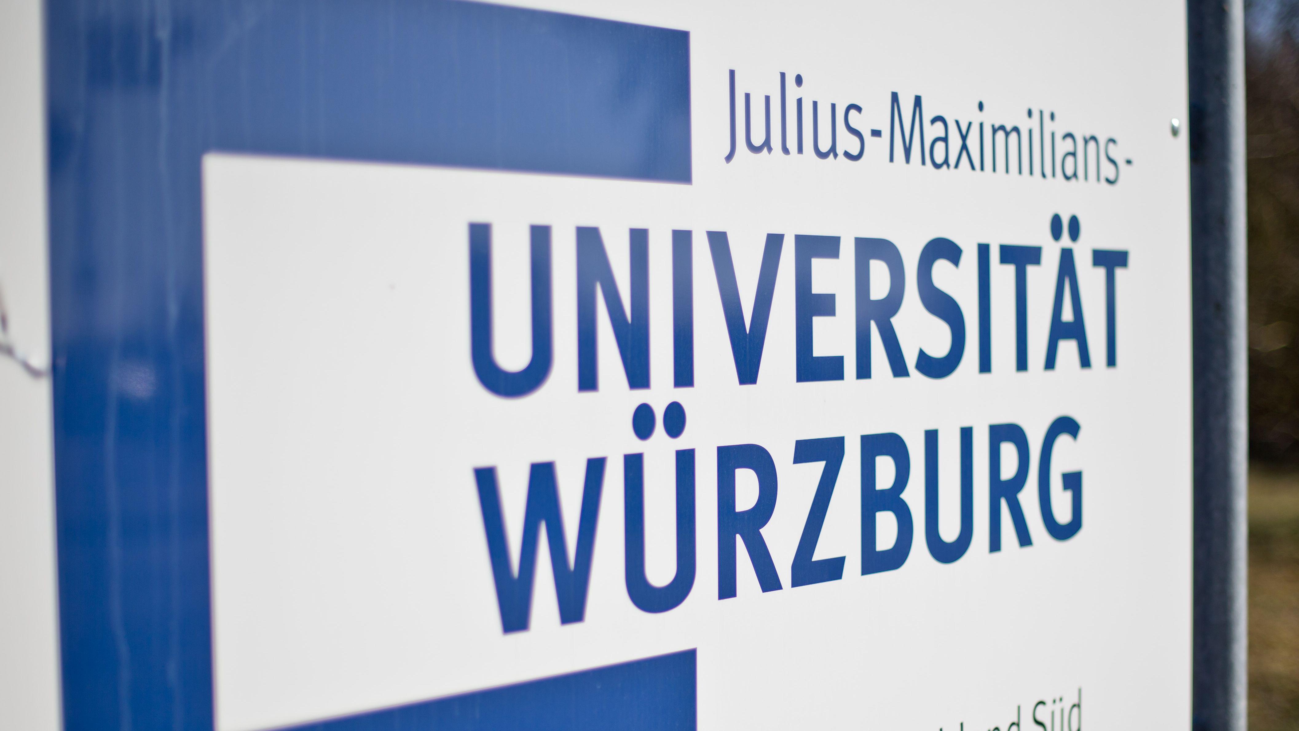 Schild mit einem Schriftzug der Universität Würzburg
