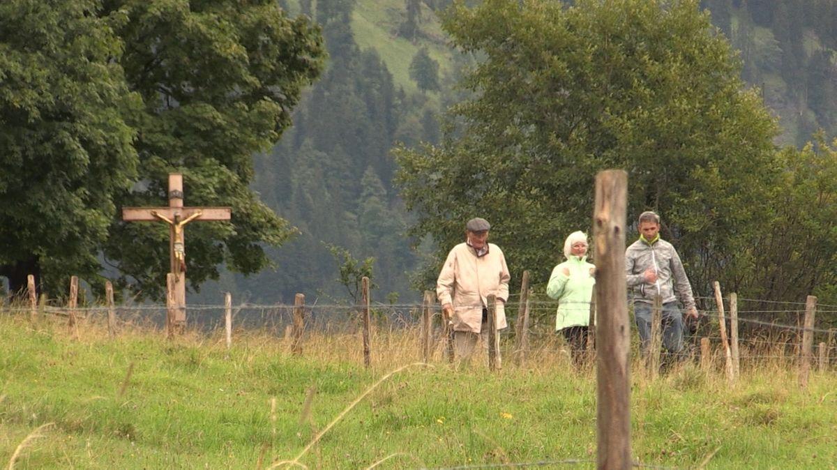 Touristen beim Wandern im Allgäu