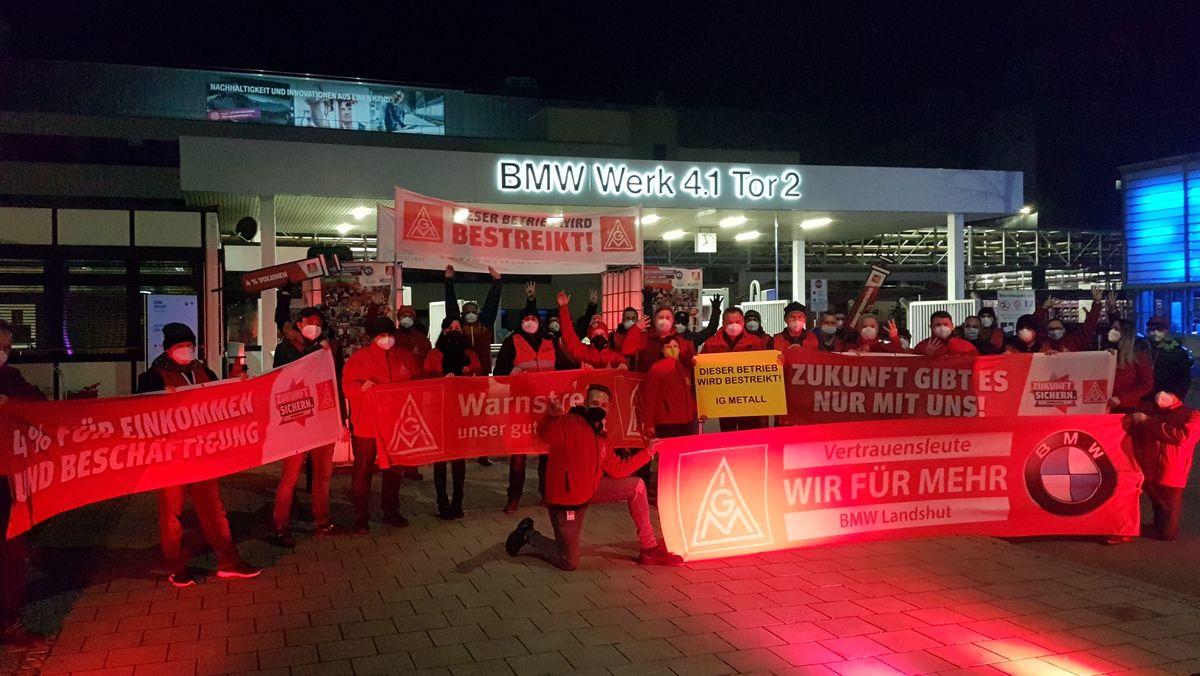 Warnstreikaktion vor dem Landshuter BMW-Werk