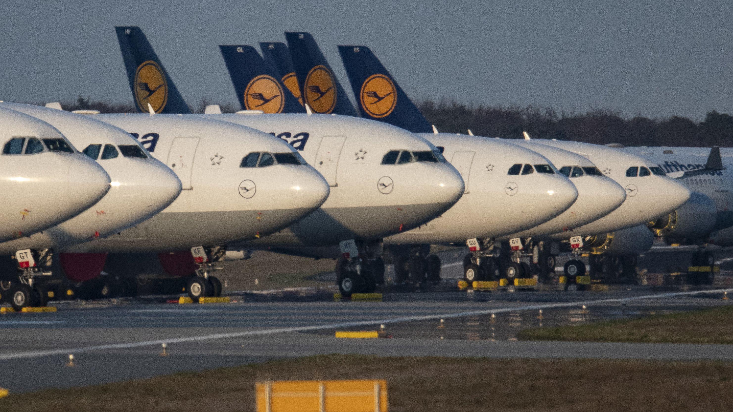 Flugzeuge in Reihe geparkt