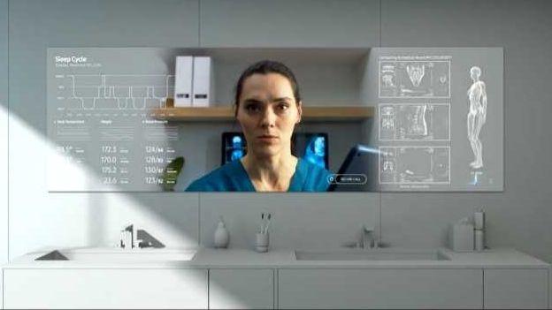 Eine Frau blickt in den Badezimmerspiegel und sieht rechts und links medizinische Körperdaten eingeblendet