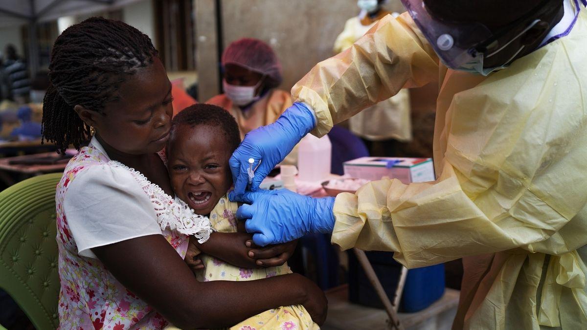 Ein Kind wird gegen Ebola geimpft. Gesundheitsexperten prüfen Fortschritte beimKampf gegen die lebensgefährliche Infektionskrankheit Ebola im Kongo in Afrika.