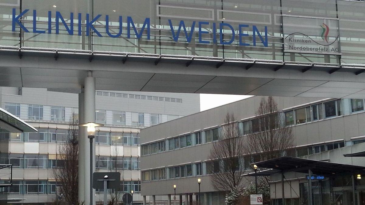 Die medizinische Direktorin der Kliniken Nordoberpfalz AG, Michaela Hutzler, spricht mit Bundespräsident Steinmeier.