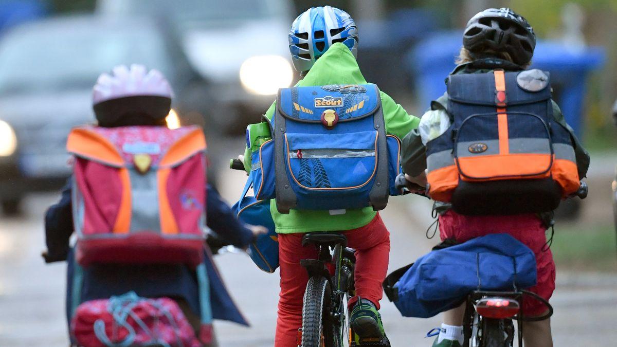Kinder tragen Helm auf dem Fahrrad