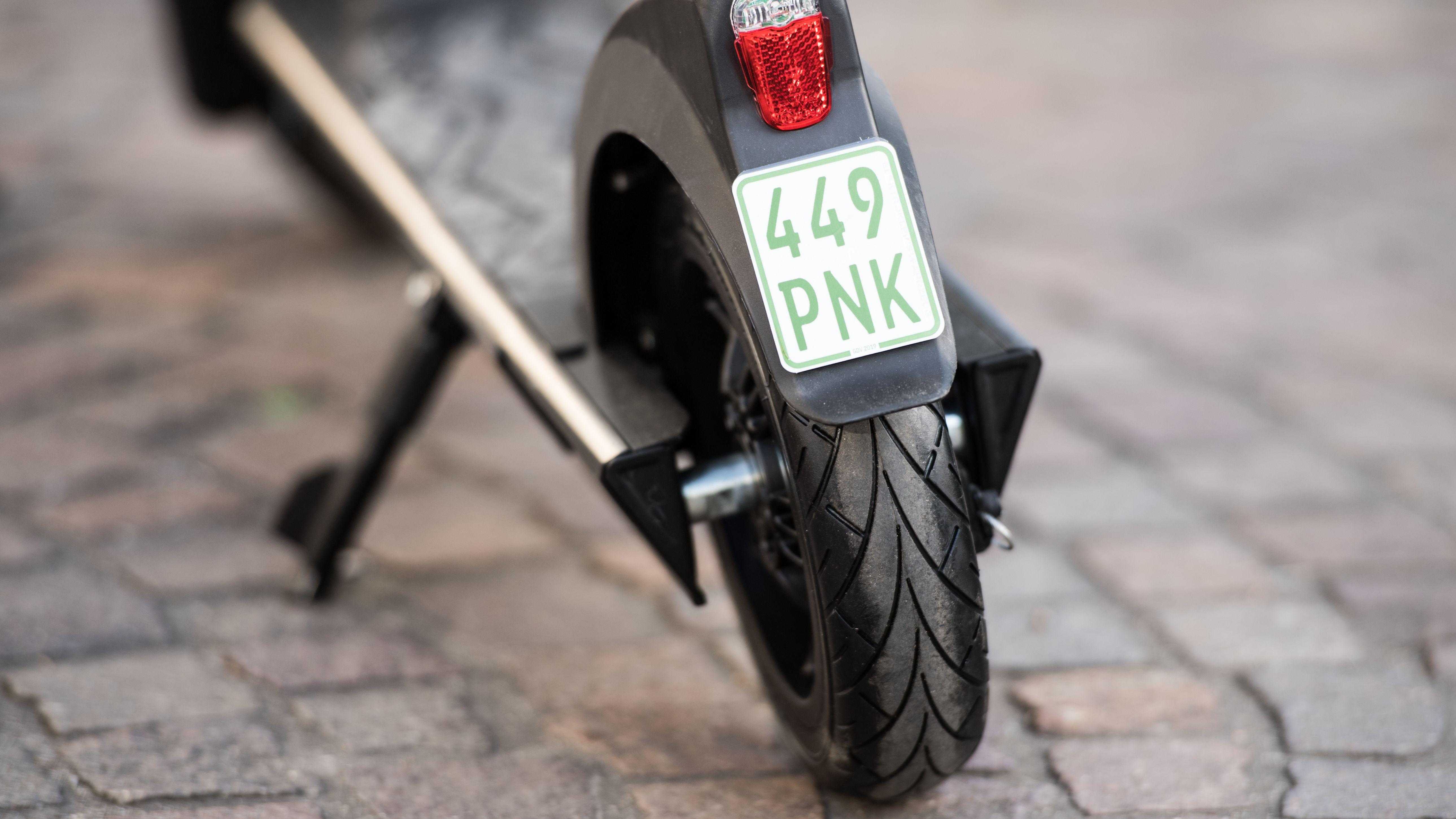 Die neuen Versicherungskennzeichen für E-Scooter bzw E-Tretroller sind grün und klein