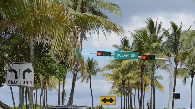 Straßenkreuzung am Ocean Drive in Miami