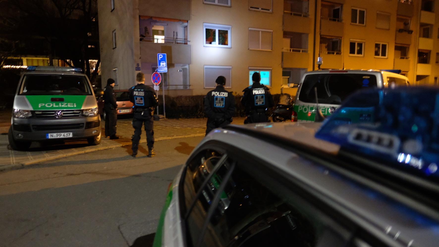 Großaufgebot der Polizei fahndet in Nürnberg nach Täter der Messerattacken