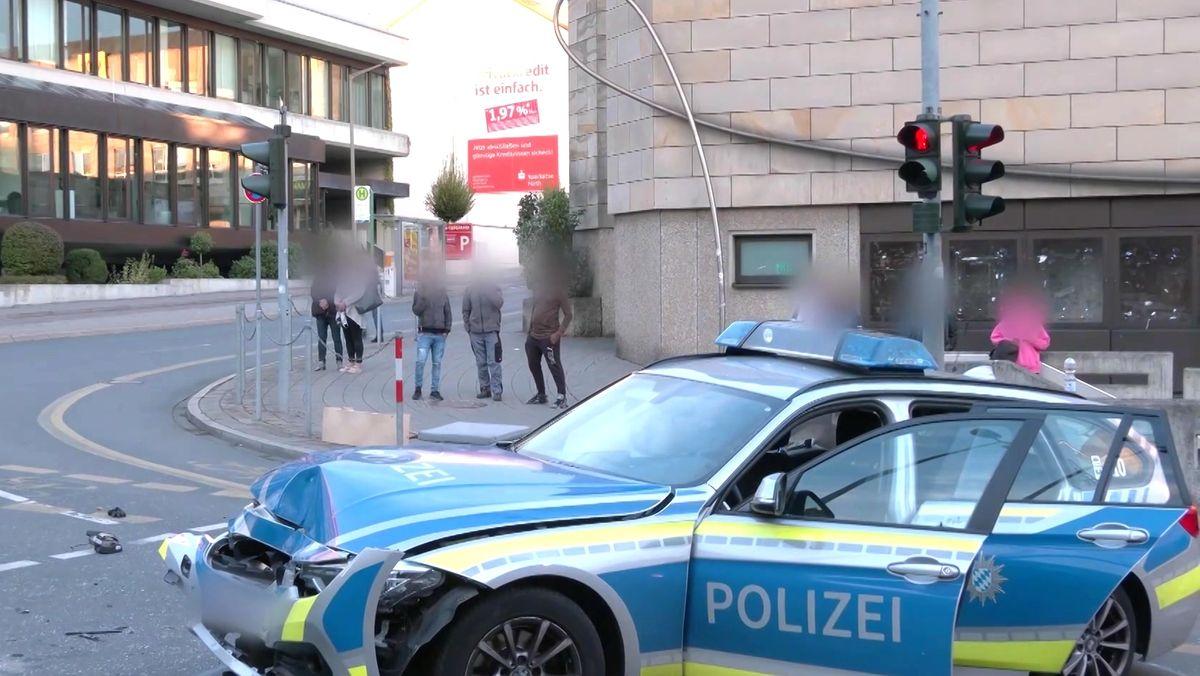 Passanten beobachten die Unfallstelle in Fürth.