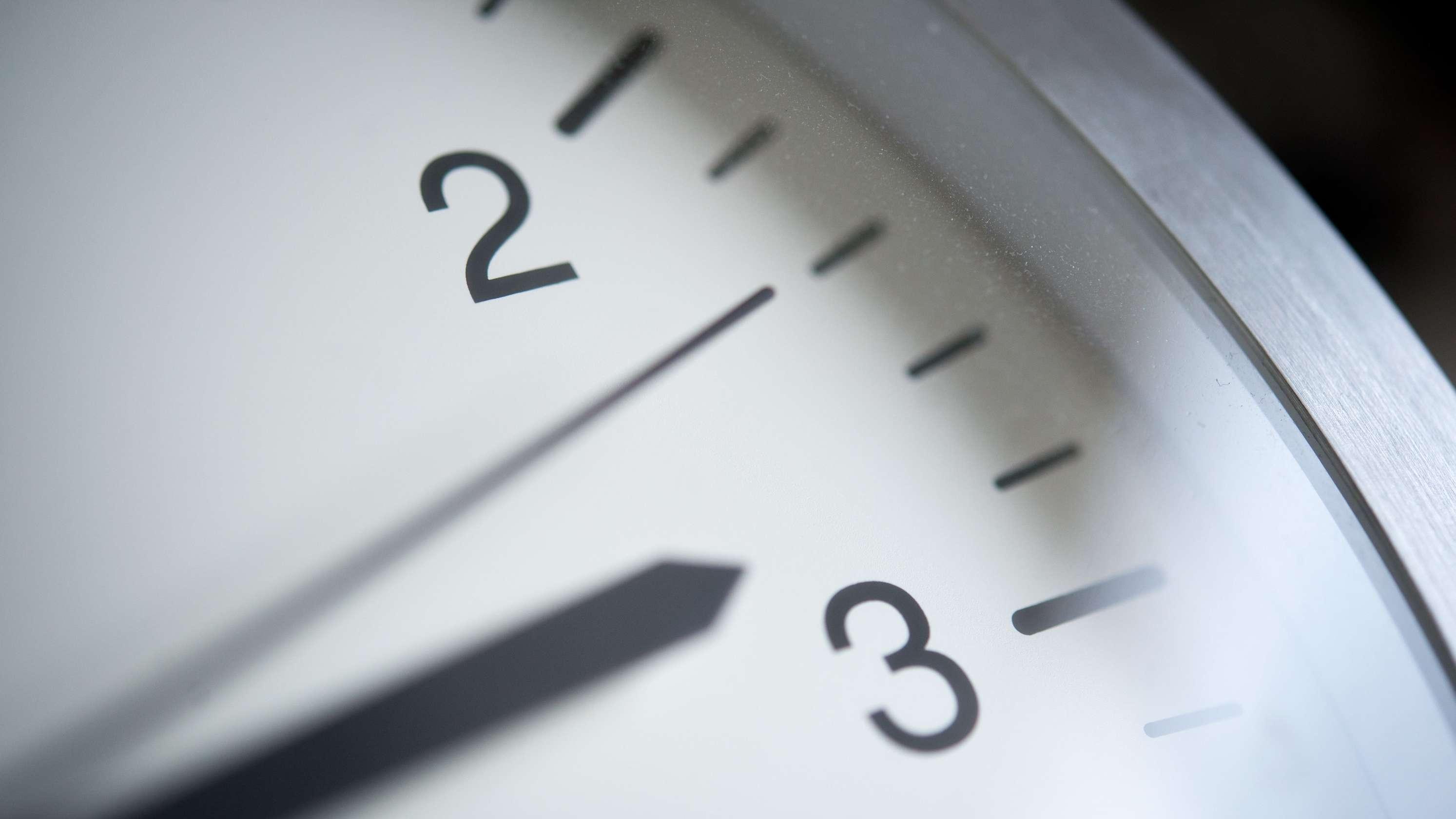 Am Wochenende wird die Uhr um eine Stunde vorgestellt. Das Europäische Parlament stimmt am Dienstag darüber ab, ob die Umstellung beendet werden soll.