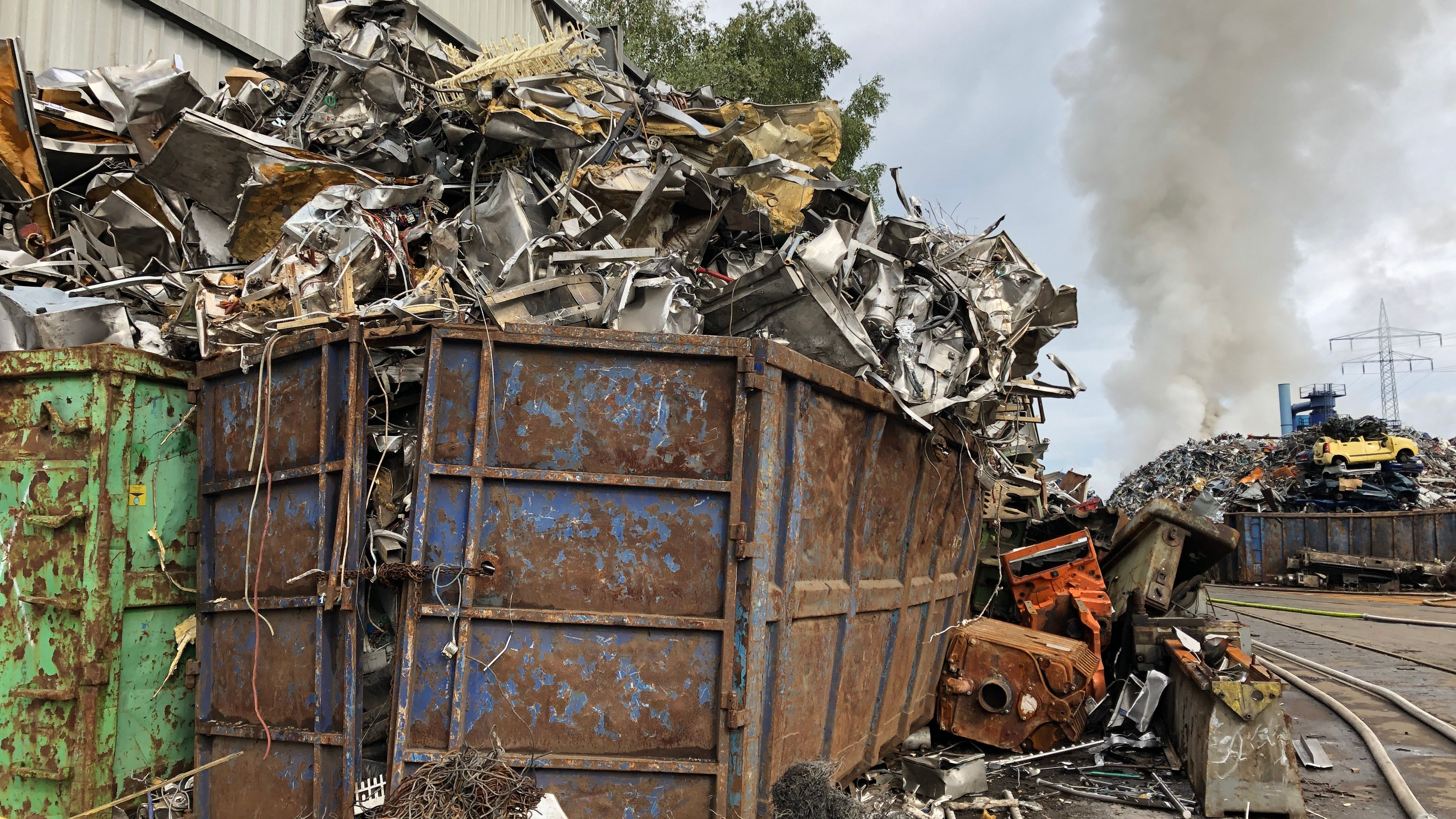 Rauchwolken nach einem Brand in Recyclinghof in München-Aubing
