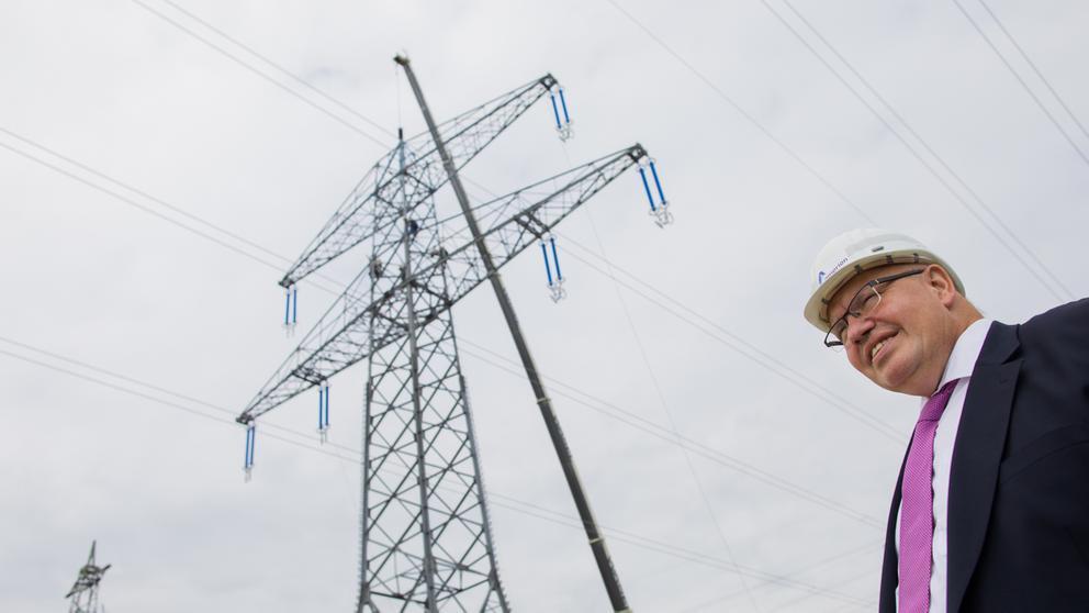 Peter Altmaier (CDU), Bundeswirtschaftsminister, steht vor der Baustelle einer neuen Stromtrasse. | Bild:dpa/pa/Rolf Vennenbernd