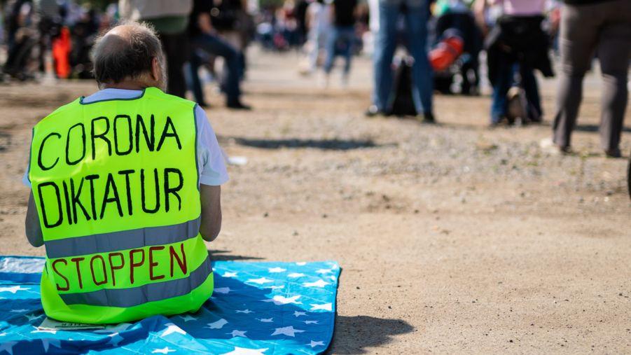 """Teilnehmer von Anti-Corona-Demonstrationen wollen die angebliche """"Corona-Diktatur"""" stoppen. So werden sie womöglich selbst zur Gefahr für die Demokratie."""