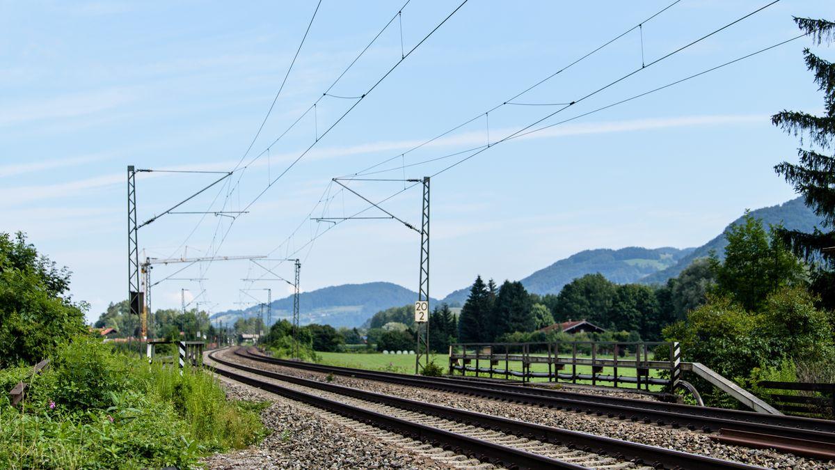 Flintsbach am Inn: Gleise der Bahntrasse durch das Inntal zwischen Rosenheim und Kufstein