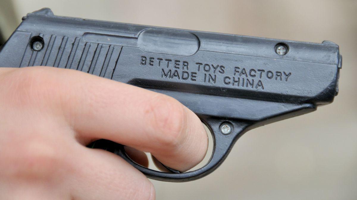 Eine täuschend echt aussehende Spielzeugwaffe (Symbolfoto)