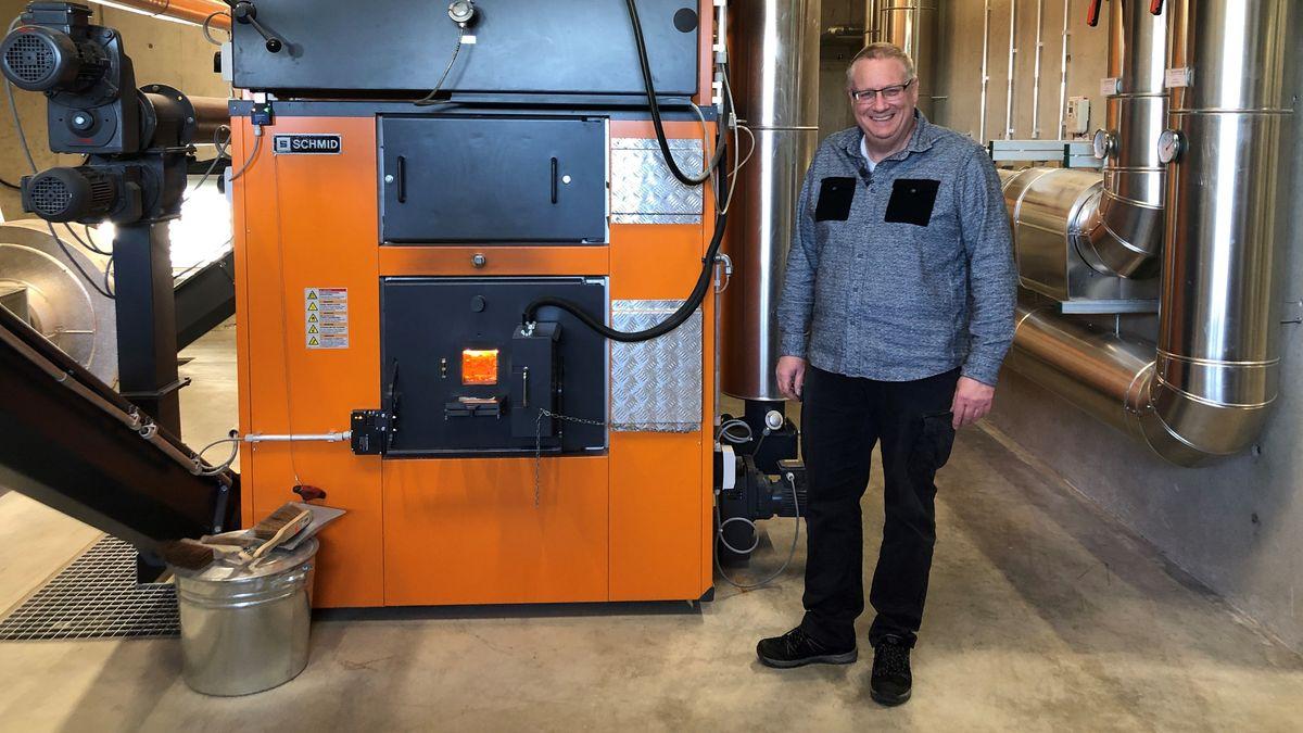 Der Betriebsleiter Rainer Wagner steht vor dem Heizofen, der Wärme für  umgerechnet 144 Einfamilienhäuser erzeugt.