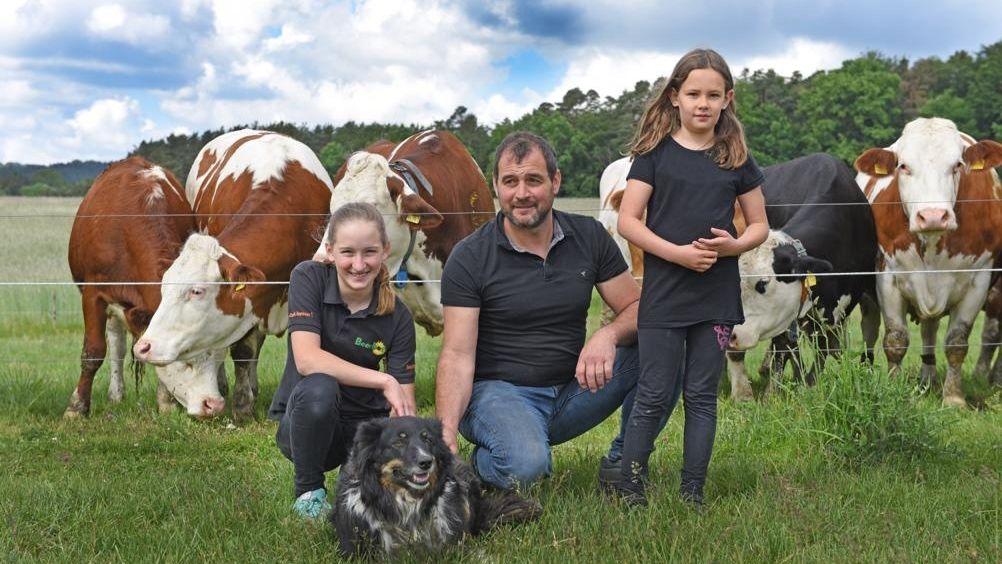 Familie Beer vor Kühen auf einer Weide