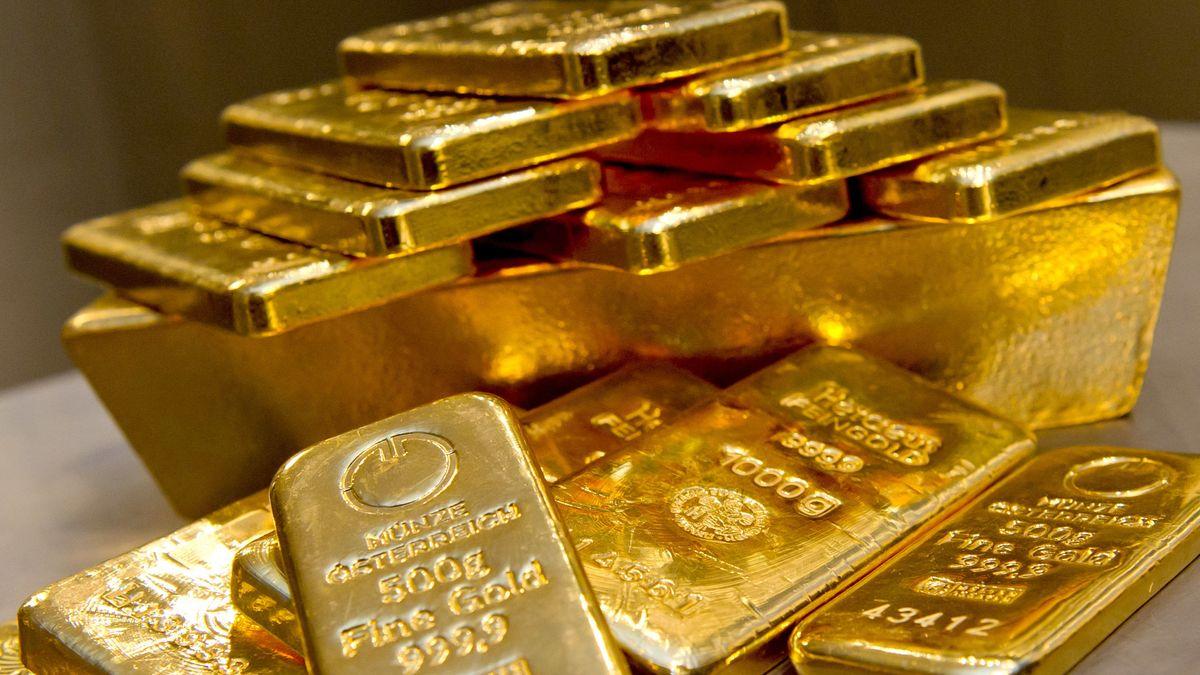 Goldbarren in unterschiedlicher Größe liegen bei einem Goldhändler in München