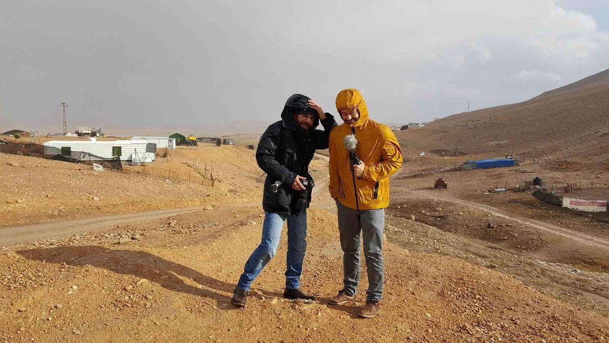 Auch ARD-Korrespondent Tosten Teichmann (r.) bekommt den regnerischen Winter im Westjordanland zu spüren.