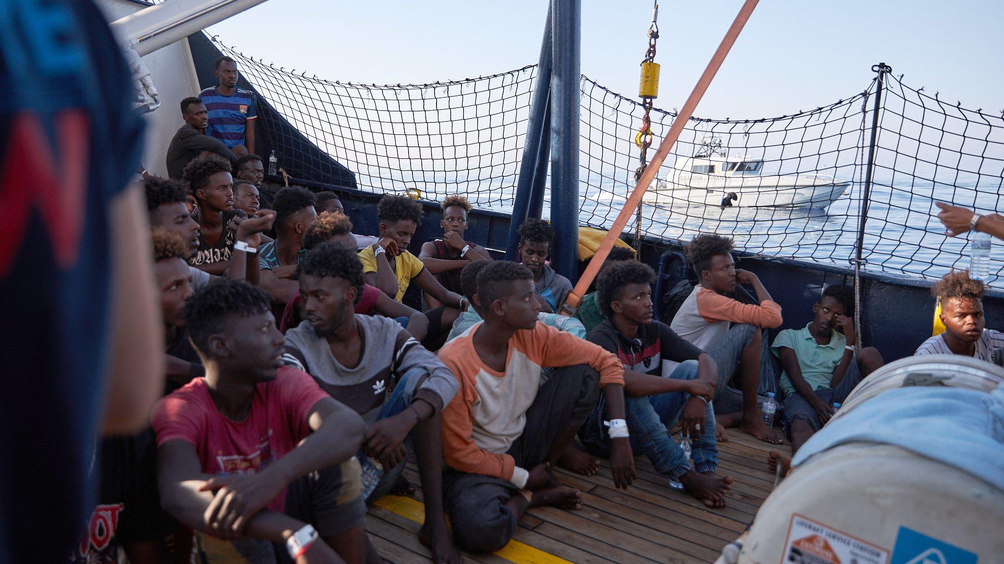 """Gerettete Flüchtlinge auf der """"Alan Kurdi"""""""