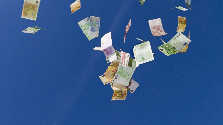 Geldscheine fallen vom Himmel