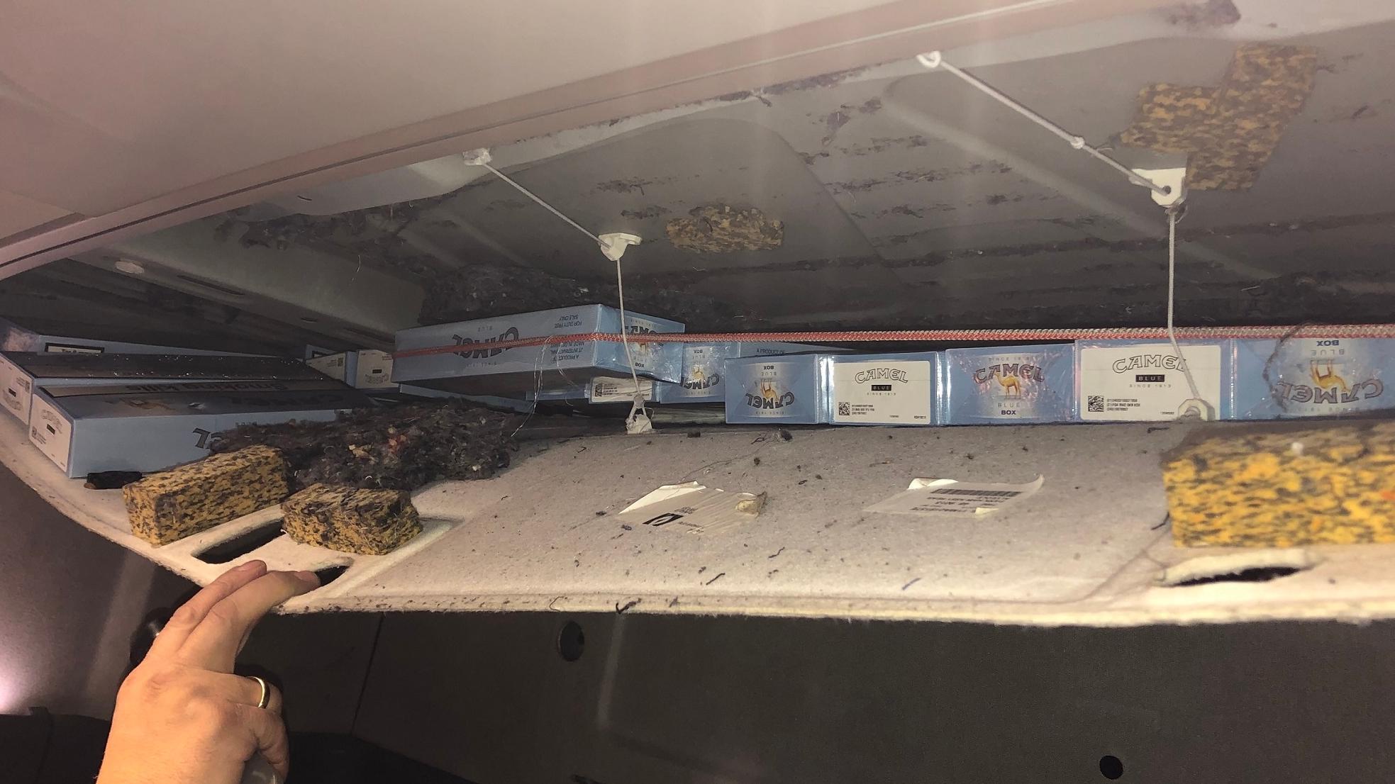 Schmuggelzigaretten in der Dachverkleidung des türkischen Lkw