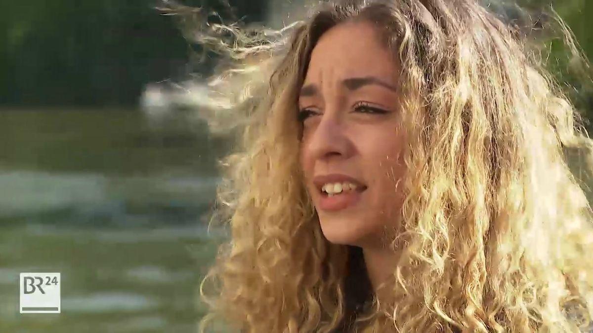 Die Austauschstudentin Samantha Gomez aus New York, die lange blonde Haare hat, schaut sehr skeptisch.