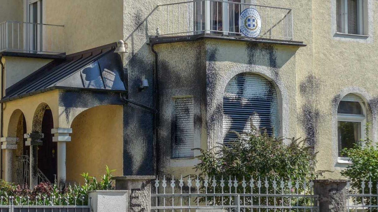 Das mit Bitumen beschmierte Griechische Generalkonsulat in München-Bogenhausen