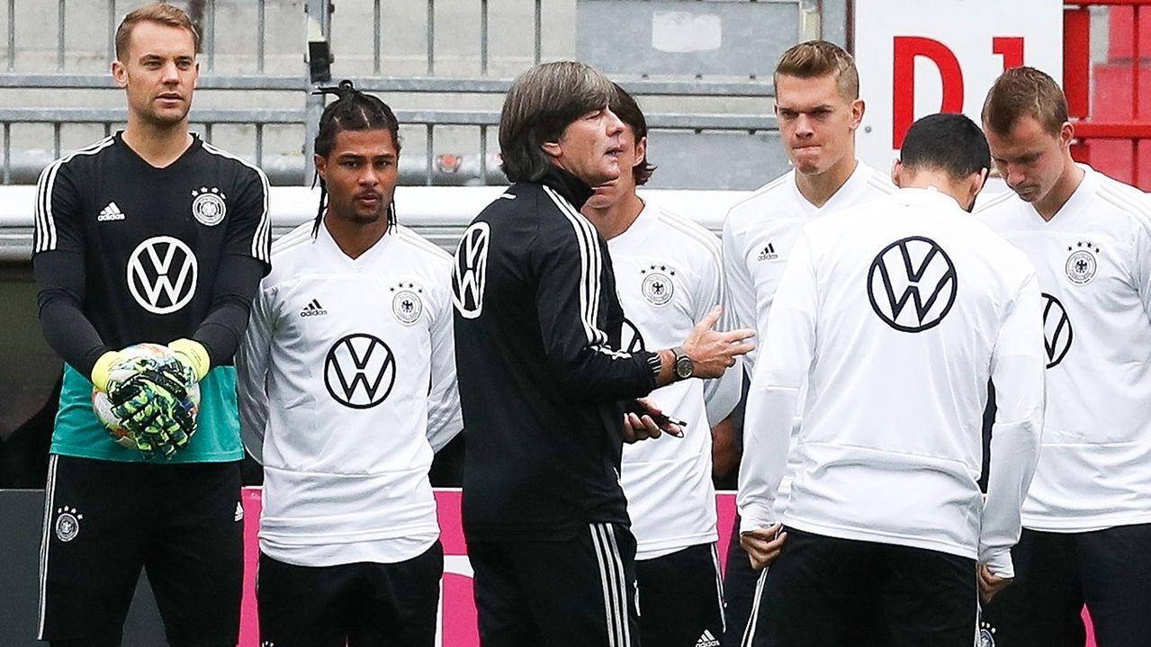 Bundestrainer Joachim Löw spricht zu seiner Mannschaft.