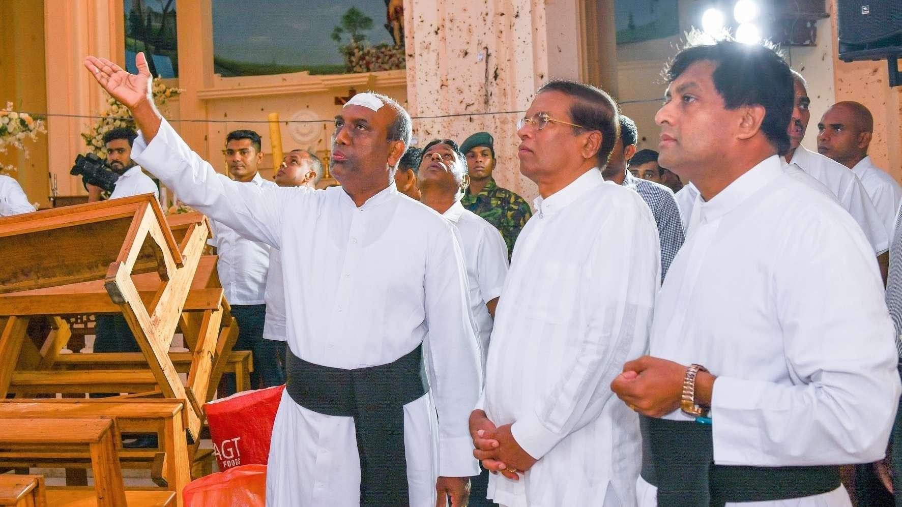 Sri Lanks Präsident Maithripala Sirisena (2. v. r.) besucht die verwüstete Kirche St. Sebastian