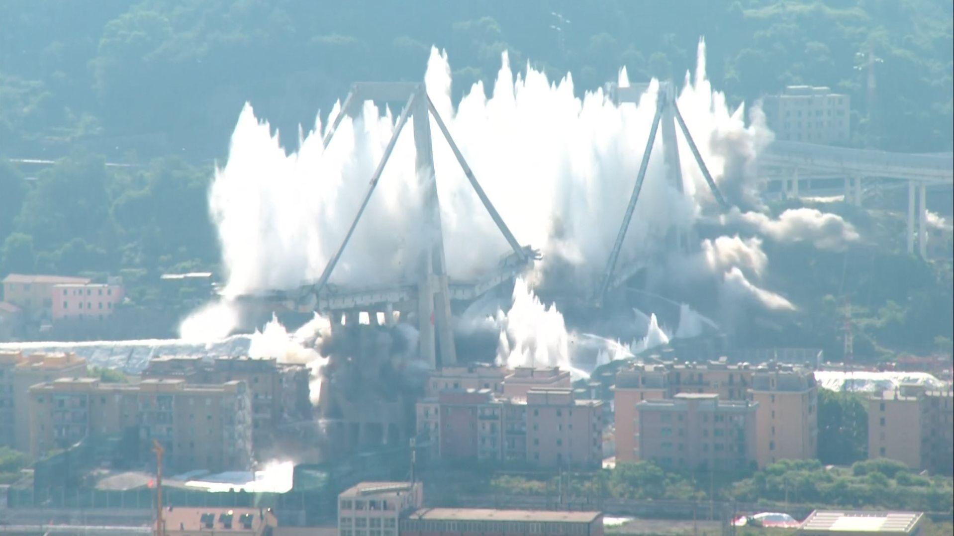 Heute wurden die zwei letzten Pfeiler der Morandi-Brücke in Genua gesprengt, die am 14. August 2018 eingestürzt war.