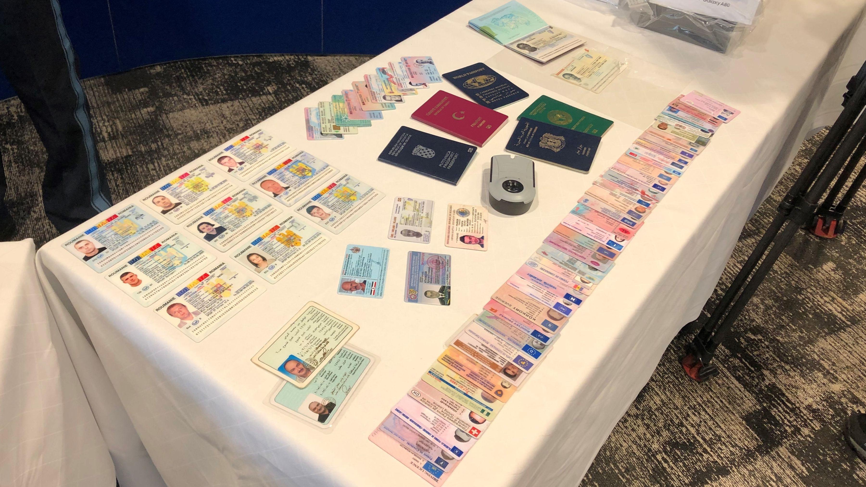 Passdokumente auf einem Tisch