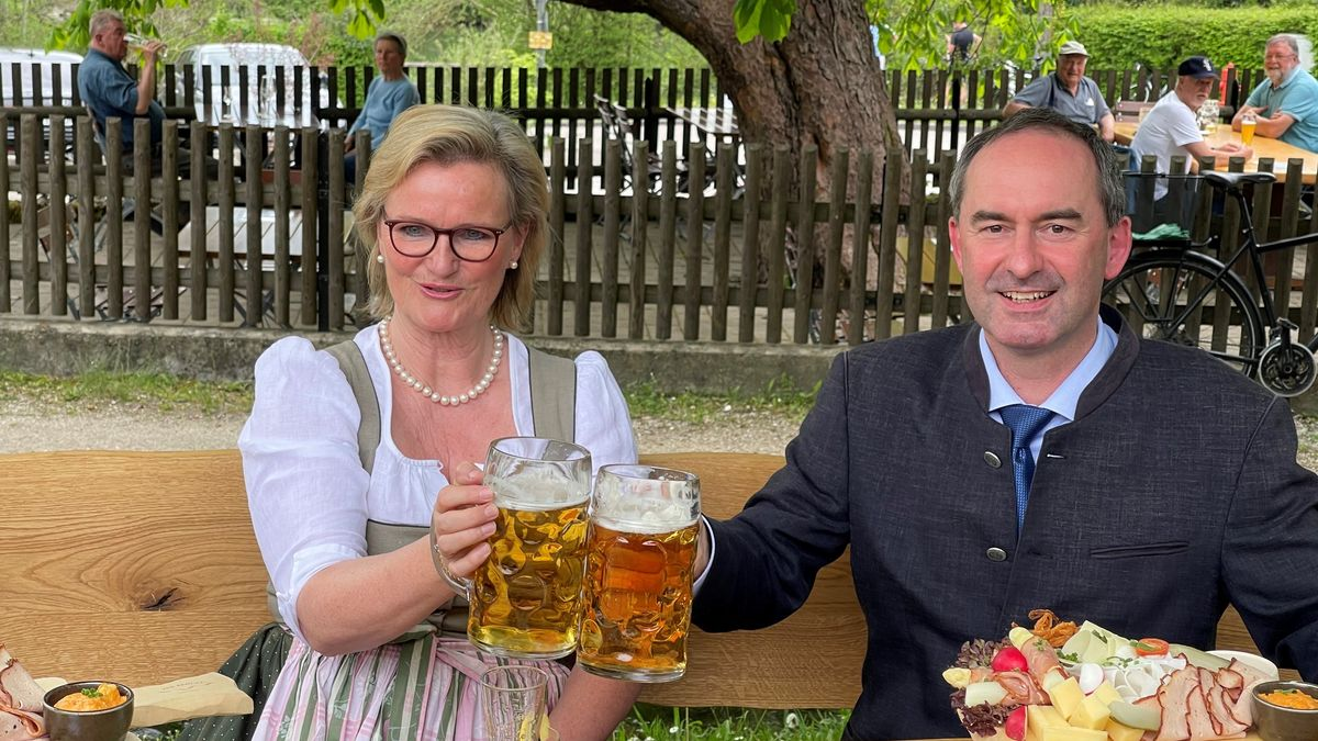 Wirtschaftsminister Hubert Aiwanger und Dehoga-Präsidentin Angela Inselkammer eröffnen die Biergartensaison. Foto vom 10.05.2021.